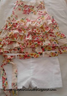 CONJUNTO SHORT Y BLUSA CON VOLANTES Baby Girl Frocks, Kids Frocks, Frocks For Girls, Toddler Girl Dresses, Little Girl Dresses, Sewing Kids Clothes, Baby Sewing, Baby Girl Fashion, Kids Fashion