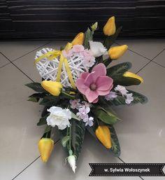 Kompozycja wiosenna 2018 wyk. Sylwia Wołoszynek Center Table, Funeral, Flower Arrangements, Floral Design, Table Decorations, Plants, Floral Arrangements, Flowers, Paper