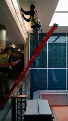 Safety Fails That Would Make OSHA Faint - The internet has generated a huge amount of laughs from cats and FAILS. And we all out of cats. Construction Fails, Construction Safety, Funny Photo Editing, Safety Fail, Work Fails, Darwin Awards, Workplace Safety, Safety First, Stupid People