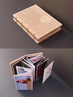 Coffret couverture gravé et dépliant accordéon.