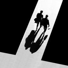 Luz, sombra e espanto Shadow Photography, Dark Photography, People Photography, Black And White Photography, Street Photography, Pattern Photography, Monochrome Photography, Black And White People, Black And White City