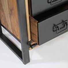 Laissez-vous séduire par ce magnifique buffet industrielcomposé de 6 tiroirs métal, un grand placard et une étagère. Sa porte coulissante très originale en bois massif natureldonnera à votre meuble une véritabletouche d'originalité. Le bois de palissandre, proche de l'acajou, donnera à votre meuble un aspect chaleureux, de couleur légèrement orangée. De fabricationartisanale, chaque exemplaire de ce buffet industrielest unique et possède une empreinte qui lui est propre. La struc...
