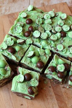 Mint Aero Chocolate Fridge Cake, a slab half sliced into squares on a wooden board, shot from above Tray Bake Recipes, Mint Recipes, Easy Baking Recipes, Sweet Recipes, Dessert Recipes, Freezer Desserts, Aero Chocolate, Chocolate Fridge Cake, Chocolate Slice