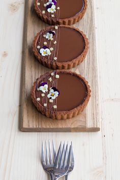 You won't be able to resist this gluten-free, superbly rich coconut and dark chocolate tart with ginger caramel! Perfect for your next dinner party! Tart Recipes, Sweet Recipes, Baking Recipes, Fancy Desserts, Delicious Desserts, Gourmet Desserts, Mini Dessert Recipes, Patisserie Fine, Cafe Food