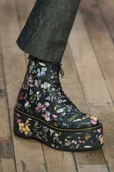 Fall Fashion at New York Fashion Week Fall 2017 - Details Runway Photos New York Fashion Week 2018, Fashion 2017, Fashion Shoes, Fashion Accessories, Fashion Dresses, Fashion Trends, Athleisure Trend, Beautiful Shoes, Me Too Shoes
