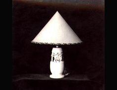 Bases de candeeiro art déco com motivos folclóricos (foto de arquivo)