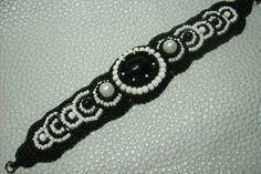 Fekete fehér színű, gyöngy-hímzett karkötő. Ára: 2300.-Ft.