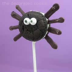 Oreo Cakester bat and spider pops for Halloween. Store-bought cookies, chocolate, and sticks for an easy Halloween party food idea. Halloween Food For Party, Halloween Birthday, Spooky Halloween, Holidays Halloween, Halloween Treats, Birthday Ideas, Holiday Snacks, Holiday Fun, Oreo Cakesters