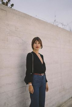 Summer : 70s, black blouse, brown belt, dark blue denim, high waist flares, small bag