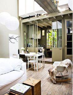 壁紙や床・天井などを変えることが難しい時は、カーペットやラグ・ソファーカバーなどを変更してみましょう。  大きな家具や家電を買い替えるより、周囲のものをそれに合わせて統一させることが大切です。
