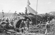 Diên Biên Phu le 7 Mai 1954. Troupes régulières Việt Min prenant possession du poste de commandement souterrain du général français De Castries Ce PC se situait au centre du complexe des positions de Dien Bien Phu, au milieu du champ de Muong Thanh, plus bas par rapport à la position du champ de bataille. Guerre Indochine. Indochina war.