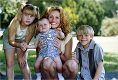 Erin Brockovich Julia Roberts Erin Brockovich, Pretty Woman Movie, Film Stills, Father And Son, Movie Stars, Actors & Actresses, Movie Tv, My Favorite Things, Couple Photos