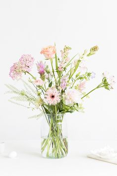 Flower delivery is always a nice surprise. Here you can see a list of the companies that deliver flowers in Denmark and Copenhagen. Home Flower Arrangements, Vase Arrangements, Glass Flower Vases, Ceramic Flowers, Glass Vase, Most Beautiful Flowers, Elegant Flowers, Pastel Flowers, Pretty Flowers