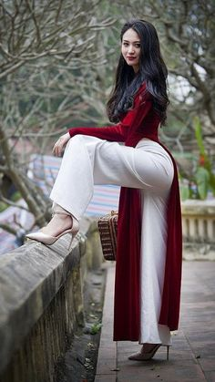 Sexy Young Asian Girl Wearing a Red Velvet Vietnamese National Outfit Áo dài Over Loose White Pants and High Heels. Vietnamese Traditional Dress, Vietnamese Dress, Traditional Dresses, Ethno Style, Cute Asian Girls, Beautiful Asian Women, Beautiful Beautiful, Fashion Week, Asian Fashion