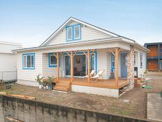 アメリカ西海岸をイメージした外観。大きな柱にあしらったストーンが南国風の趣も醸し出す Hawaii Homes, California Style, My Dream Home, Woodworking Projects, Porch, Tower, Cozy, Exterior, Architecture