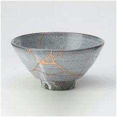 """""""Kintsukuroi to japońska sztuka naprawiania rozbitych naczyń za pomocą łączenia fragmentów laką wymieszaną z drobinkami złota lub srebra. Wierzy się, że taka ceramika ma większą wartość niż przed ich uszkodzeniem, nie tylko ze względu na nowy wygląd, ale też na to, iż musiała być droga sercu posiadacza, by zostać naprawioną. Ponadto kintsukuroi świadczy jednocześnie o kruchości i wytrzymałości przedmiotu oraz o historii, którą przebył."""""""