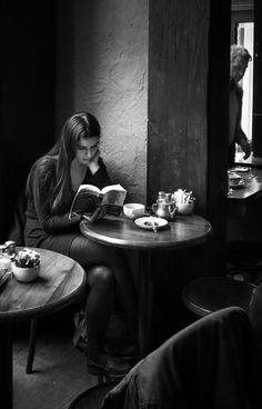 Trendy Black And White Photography Books Reading Book Photography, Street Photography, Portrait Photography, Coffee Girl, Woman Reading, Book Aesthetic, Foto Pose, Black And White Pictures, Black And White Photography