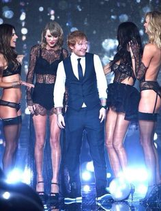 Taylor Swift and Ed Sheeran pose with models on runway at the annual Victoria's Secret fashion show - December 2014 in London. Ed Sheeran, Estilo Taylor Swift, Taylor Alison Swift, Karlie Kloss, Victorias Secret Models, Victoria Secret Fashion Show, Victoria Models, Lingerie, Victoria Secrets