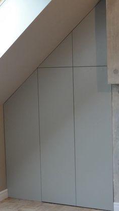 Pod skosem, czyli na poddaszu, sprawdzi się szafa wykonana na zamówienie. Oferujemy specjalne profile i drzwi przeznaczone do nietypowych miejsc, by dostęp do nisko umieszczonych półek i szuflad był jak najmniej kłopotliwy. Planując wnętrze takiej szafy warto jednak przestrzeń przy ścianie kolankowej przeznaczyć na najrzadziej używane rzeczy. Zapraszamy do naszych salonów we Wrocławiu.