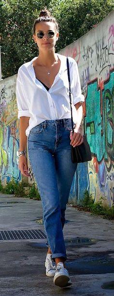Camisa branca, calça jeans, tênis branco
