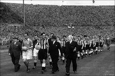Blackpool and Newcastle United football teams at Wembley, 1951
