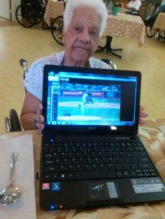 Mi madre viendo juego pelota desde el Centro de los Ancianitos. Fans de los Yankees.  Dios la bendiga