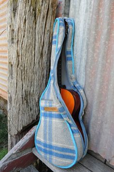 Sewing Bags Retro Repurposed: Old Blanket come Guitar Case Guitar Shelf, Guitar Diy, Guitar Case, Diy Ukulele Bag, Diy Craft Projects, Sewing Projects, Vintage Blanket, Vintage Wool, Wool Blanket