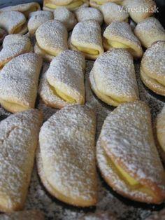 Jablkové taštičky 3 hrnčeky múka hl 1 hrnček cukor prášk 225 g maslo 3 žĺtky 1 bal cukor vanil 2 ČL pr do peč 2 PL smotana kyslá soľ 4 jablka na posypaniecukor práškový Všetky suroviny spracujeme na trošku lepivé cesto. Dáme na 60min do chladu. Vyvaľkáme na cesto 2-3mm, vykrojíme koliesko do ktoreho vložíme časť jablčka a preložíme. Nestláčame Po upečení poprášime práškovým cukrom