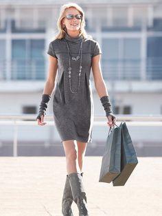 трикотажное платье с коротким рукавом.