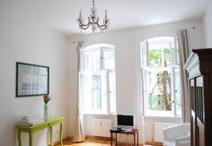 We love the high ceilings and wooden flooring of this traditional style Berlin interior