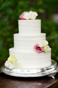 Chic floral-topped cake: http://www.stylemepretty.com/little-black-book-blog/2015/08/31/romantic-al-fresco-montana-wedding/ | Photography: Tamara Gruner - http://tamaragruner.com/
