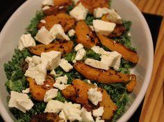 Grønkålssalat med appelsindressing, rester af bagt græskar og feta. En både smuk og lækker salat og en god måde at få brugt rester af bagt græskar på.