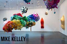 Mike Kelley - Artista Mike Kelley ganha retrospectiva com mais de 200 obras