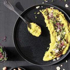 Hummus de cúrcuma con microgreens Empanadas, Hummus, Macaroni And Cheese, Ethnic Recipes, Food, Gastronomia, Mac And Cheese, Meals, Eten
