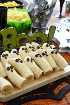 Ghost Bananas recipe by Poundland for a healthy snack at your Halloween party. Halloween Shots, Halloween Snacks, Spooky Halloween, Halloween Decorations, Halloween Party, Halloween 2016, Nursery Crafts, Banana Recipes, Slimming World Recipes