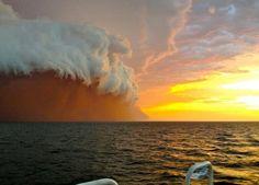 Ein Staubsturm nähert sich am 09.01.2013 westlich von False Island nahe Onslow in West Australien (Bild: dpa)