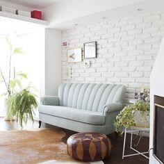 Como descrever esse espaço?! É muita lindeza!!! 😱 Amei a parede de tijolinhos, o sofá azul (💙)... E o espaço para livros?! Projeto maravilhoso da @marcela.madureira ✨.  .  #interiordesign #instadecor #interiordecoration #inspo #interiores #architecture #home #arquitetura #design  #instagood #decoration #reforma #decorar #industrialdesign #sala #pufe #tapete #vintagedecor #parededetijolos #sofaazul #salaapto161