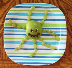 Apple + grapes cut in half = octopus. 19 Easy And Adorable Animal Snacks To Make With Kids Food Art For Kids, Cooking With Kids, Cute Fruit, Cute Food, Toddler Meals, Kids Meals, Animal Snacks, Animal Food, Boite A Lunch