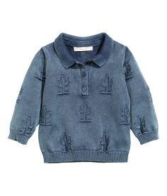 BABY EXCLUSIVE. Een trui van gewassen katoen met een ingebreid dessin. De trui heeft een kraag, een knoopsluiting bovenaan en een ribboord aan de onderkant en onder aan de mouwen.