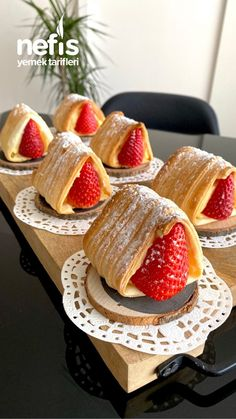Excellent presentation and very practical Strawberry Puff Pastry - Delicious Recipes Blush Wedding Cakes, Pretty Wedding Cakes, Fall Wedding Cakes, Cake Decorating With Fondant, Cake Decorating Tips, Strawberry Puff Pastry, Magnolia Cake, Waffle Cake, Valentines Day Cakes