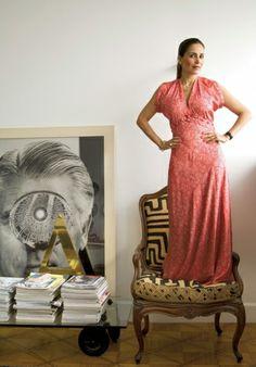 Isabella Giobbi em cima da poltrona antiga forrada com tecido africano