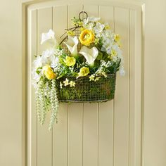 Brighten your décor with the freshness of spring and celebrate the season with this festive arra...
