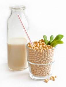 Il #latte di soia è una bevanda che accompagna le giornate di molti cinesi. Si ottiene dalla macerazione dei semi di soia in acqua che, dopo aver rilasciato il loro succo ed essere stati filtrati a dovere, si trasformano in un residuo insolubile: la polpa di #soia.   #Food su @marraiafura
