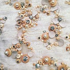 После большого перерыва я продолжаю выкладывать фотографии разнообразных необычных вышивок, найденных мною в сети. Фрагменты нарядов авторства знаменитых дизайнеров, образцы старинных вышивок, элементы сложных вышитых деталей нарядов подиумной моды, просто красивые вышивки бусинами и бисером, конечно же, пайетки и стеклярус — разнообразие не иссякает.