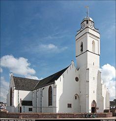 De Oude Kerk en Toren (Boulevard 109) zijn in 1461 gebouwd, De kerk wordt ook wel Witte - of Andreaskerk genoemd. De kerk werd door de Spanjaarden en/of de Watergeuzen in brand gestoken maar rond 1600 weer herbouwd. Zoals op oude afbeeldingen te zien is stond de kerk oorspronkelijk midden in het dorp, echter de stormen hebben in de loop der eeuwen zoveel grond en huizen weggeslagen dat de kerk sinds ongeveer 150 jaar op de Boulevard aan de rand van de zee staat.