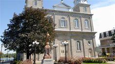 Les murs de pierre de l'église de Saint-Eustache portent encore des traces d'impacts de balles, souvenir des combats qui s'y sont déroulés lors du soulèvement de 1837-1838. Le bâtiment est désormais reconnu comme lieu historique national par le gouvernement fédéral.