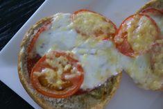 Pizzabroodje uit de Airfryer Ingrediënten voor twee personen – 2 Italiaanse bollen. – 4 plakjes salami – 1 bolletje mozzarella – 1 Tomaat – Kruidenboter – Geraspte kaas Hoe maak je een Pizzabroodje uit de Airfryer? Verwarm de Airfryer voor op 180 graden en snijd onder het opwarmen de tomaat in plakjes, de mozzarella in …