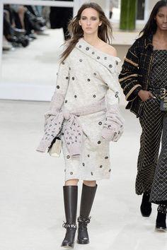 Chanel: défilé automne-hiver 16-17. Focus: la robe pull épaule dénudée, soulignée à la taille par un pull noué.