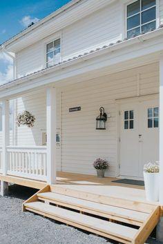 New England Hus, Pergola Patio, The Great Outdoors, Beautiful Homes, Garage Doors, Villa, Inspiration, Outdoor Decor, House Ideas