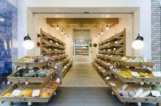 シンメトリーに作られた店内。什器として使用している木の箱は宮崎県の木材を使用して作られたもの。 Visual Display, Display Design, Store Design, Fruit Stall, Vegetable Shop, Book Bar, Fruit Shop, Farm Stand, Coffee And Books